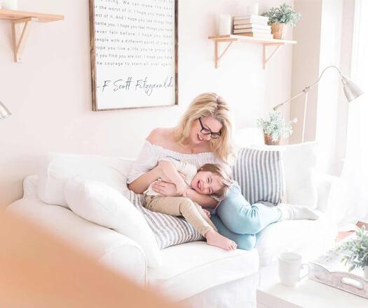 Mulher com criança em um sofá aconchegante em um case de criação de identidade visual e site