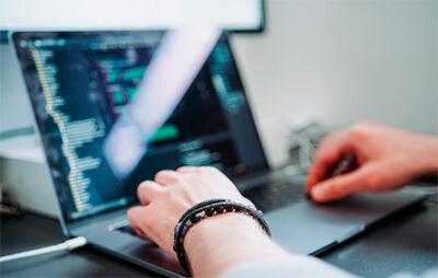 Mãos trabalhando em um computador para criar um site