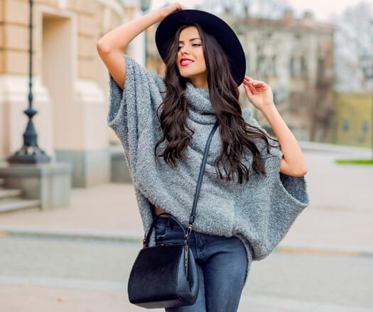 Mulher com mão no chapéu. Desenvolvimento de site da Donna De Moda