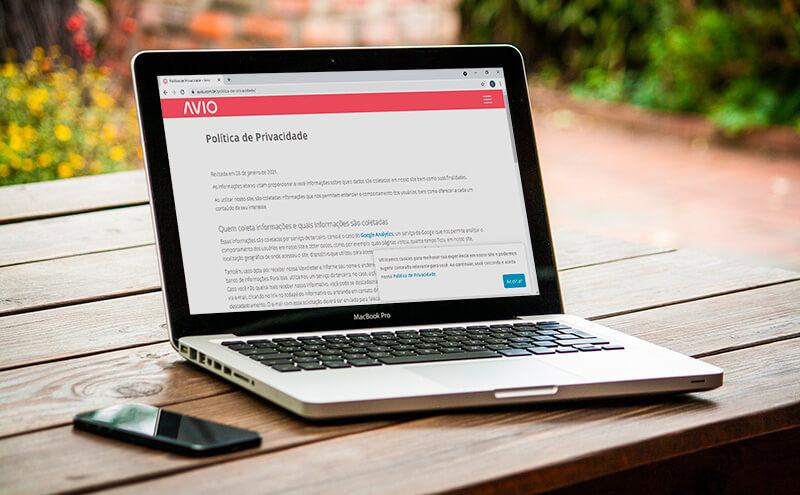 Notebook com uma página de Política de Privacidade aberta
