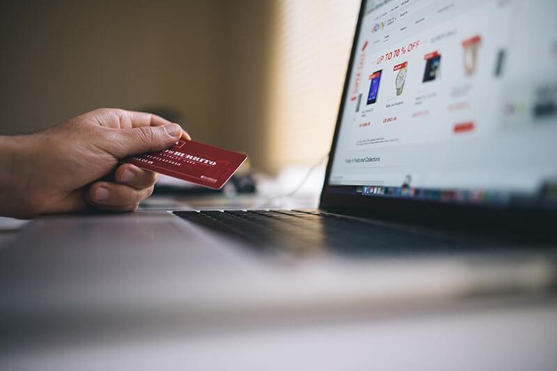 Cartão de crédito na frente de um computador