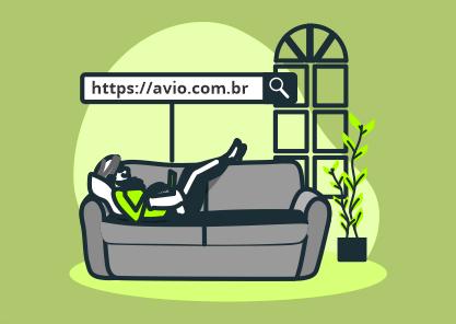 Mulher deitada no sofá digitando uma url amigável no computador